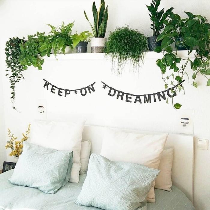 astuces pour décorer sa chambre style jungle bohème tête lit blanche guirlande lettres inspirantes