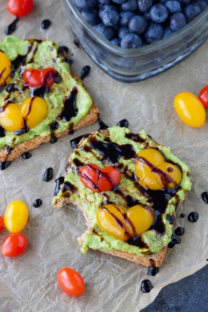 avocado toast pain doré petit déjeuner équilibré myrtilles coeurs en mini tomates cerises