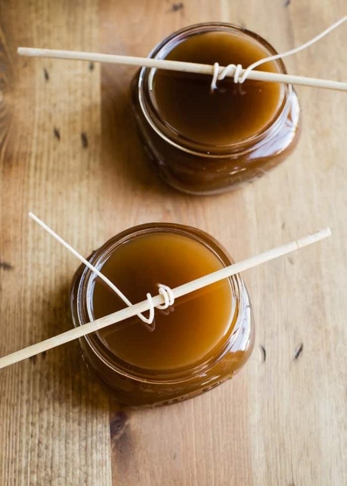baguette bois bâton mèche cire fabriquer des bougies naturelle cire surface bois table produit maison