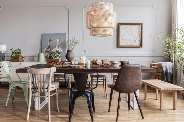 banc bois cadre vide plantes vertes chaise couleur noire décoration salle manger parquet bois clair
