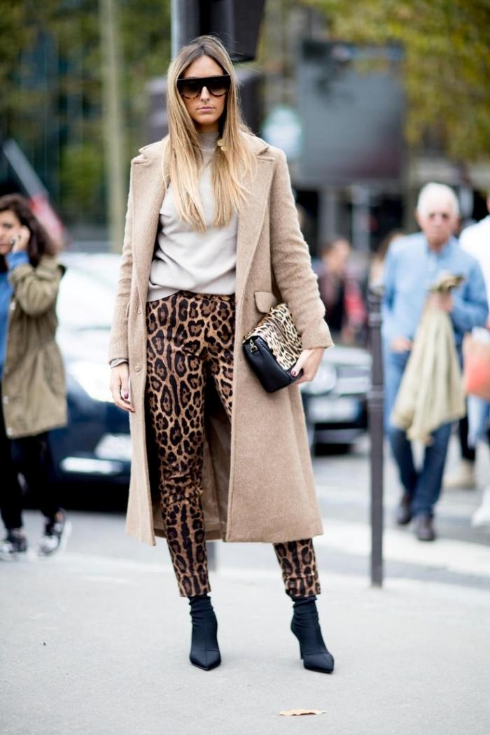 blouse blanche pantalon leopard manteau long beige bottes cuir noir talons lunettes soleil