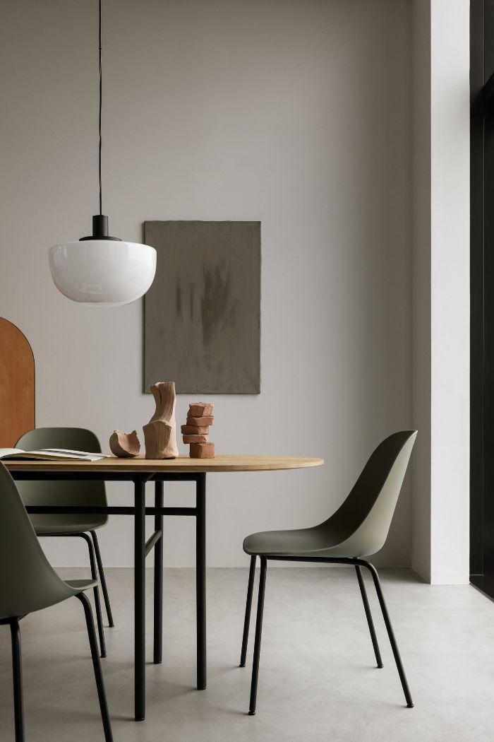 bois et metal table et chaises grises et metal noires murs blancs objets deco bois interieur minimaliste épuré