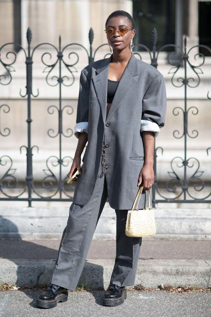 bottine doc martens femme en tailleur gris sac a main beige et lunettes tintees