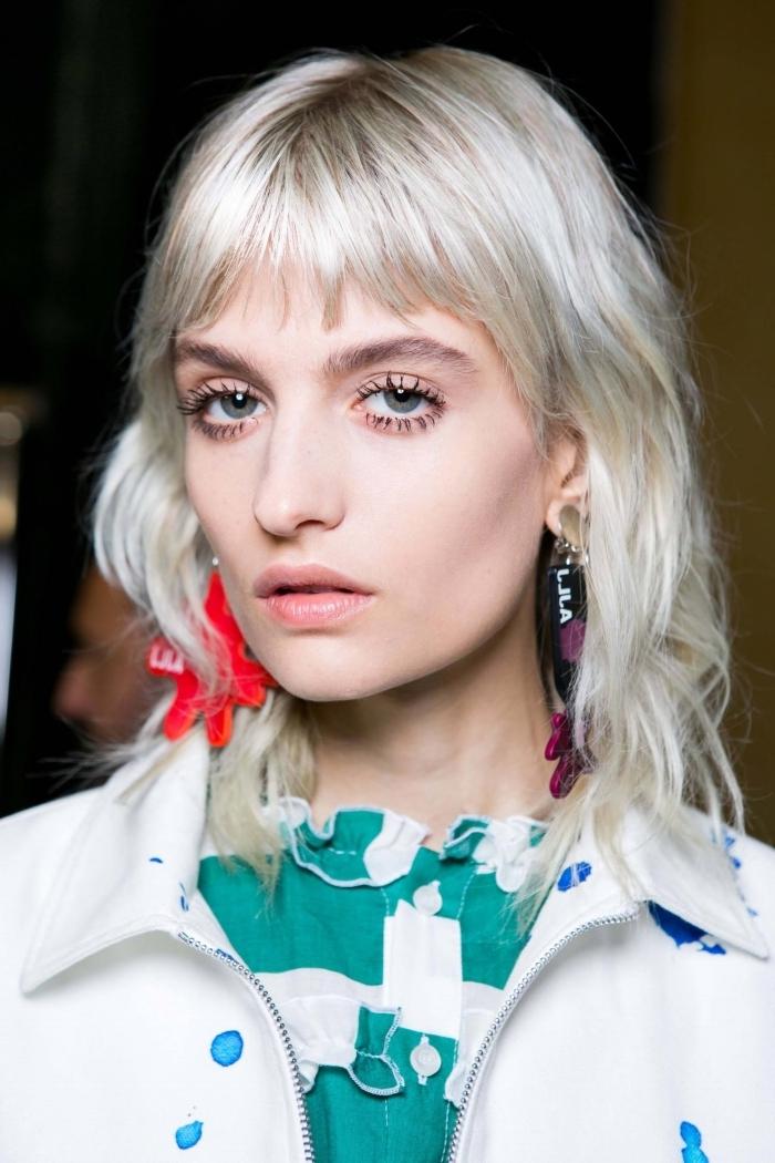 boucles d oreilles mascara effet faux cils coupe cheveux mi long dégradé coloration blond polaire