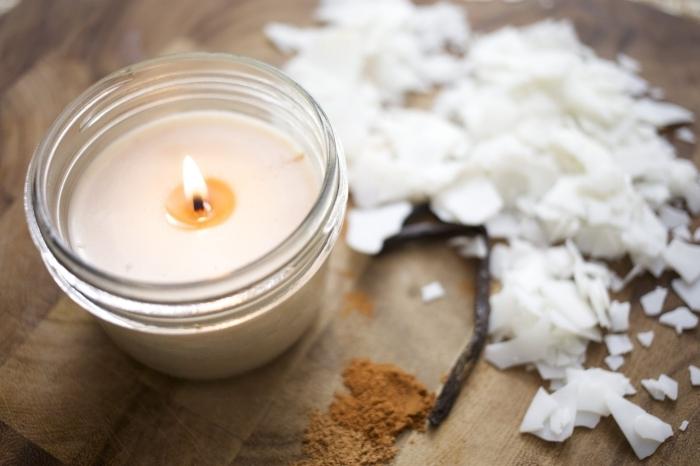 bougie parfumée maison cire de soja végétale surface bois table herbes poudre épices