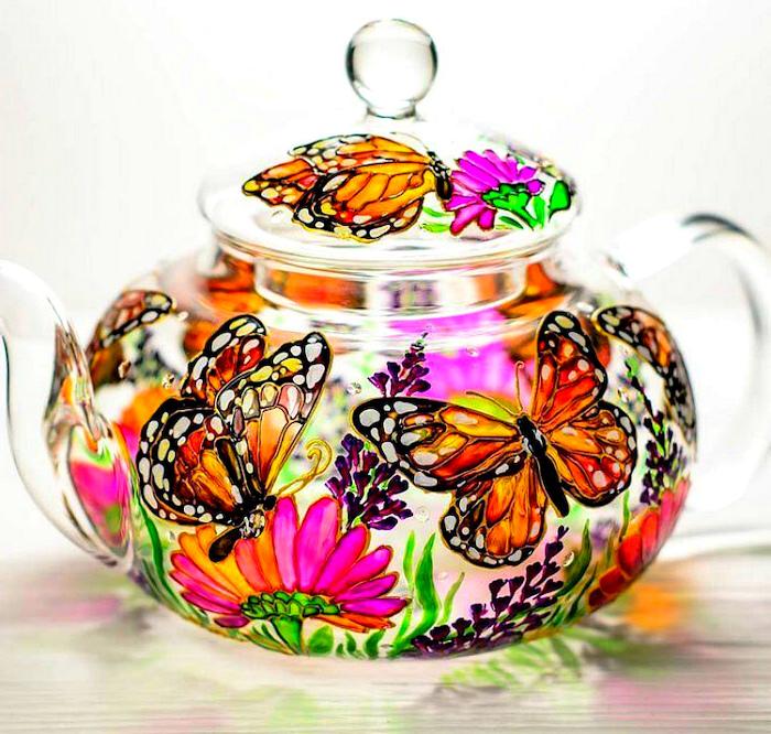 bricolage adulte theière avec des dessins des papillon et des fleurs comment peindre des objets en verre