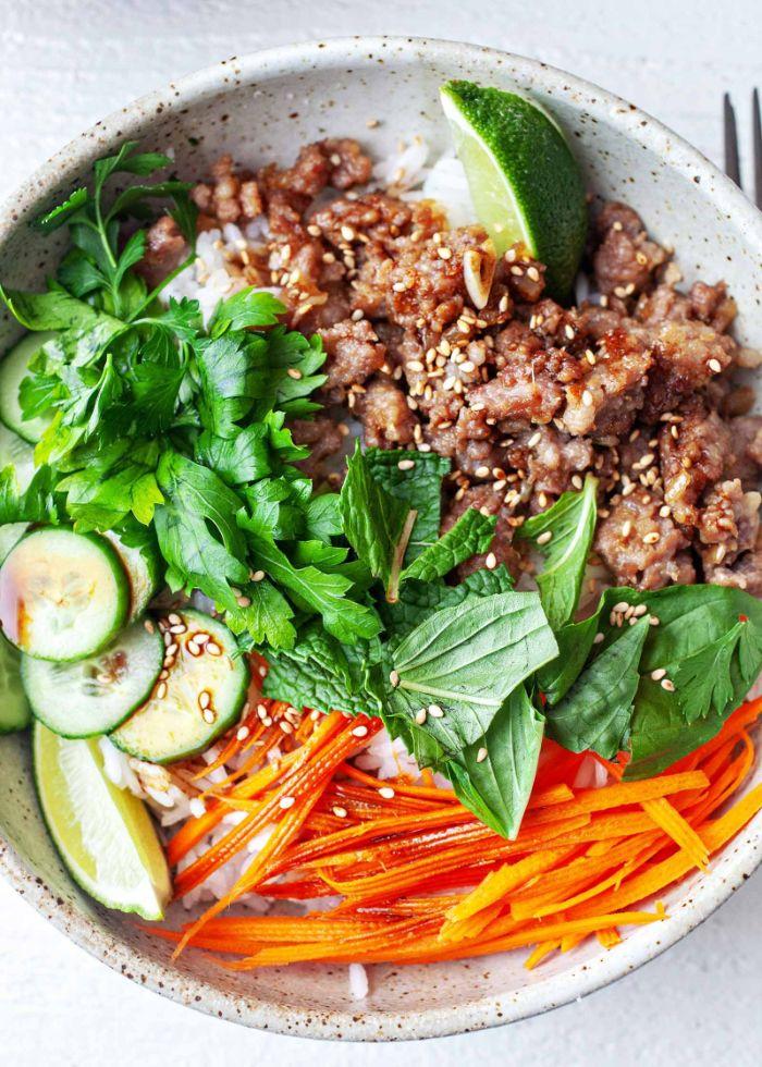 buddha bowl recette à base de viande de porc hachée carottes cocombres sur du riz avec des épices variés