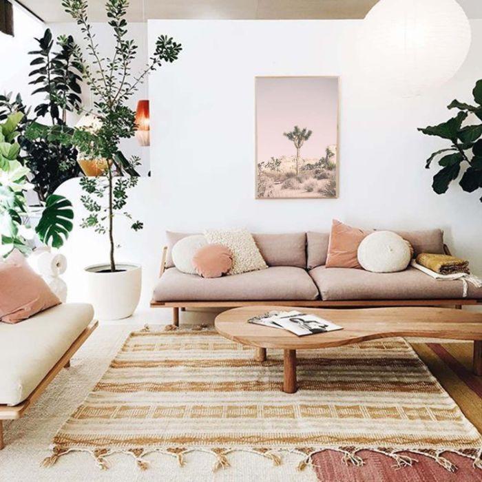 canapé bois avec coussins d assise grises tapis oriental table basse bois et murs décoré d art dépaysant