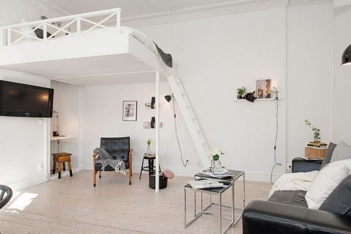 canapé cuir noir coussins décoratifs table salon double plateau mezzanine chambre adulte lit mezzanine