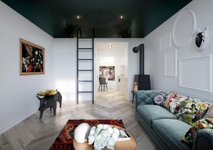 canapé velours vert de gris décoration lit mezzanine studio peinture plafond vert foncé parquet bois