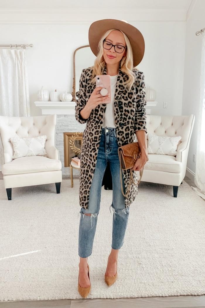 capeline beige imprimé léopard vêtements blazer long motifs animaliers jeans troués blouse blanche