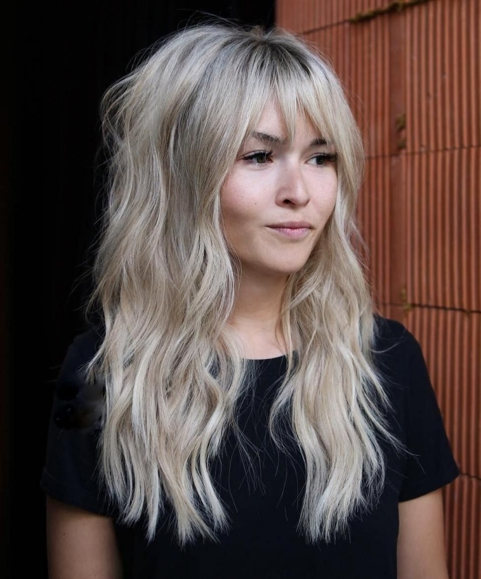 carré dégradé long volume cheveux épais coupe volume cheveux coloration blond polaire racines noires