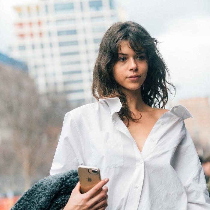 carré mi long dégradé frange chemise oversize blanche manteau fourrure noire cheveux naturels