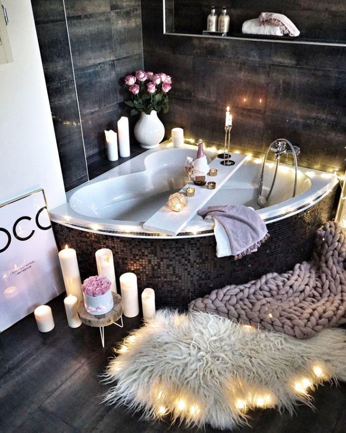 carrelage salle de bain gris petite baignoire d angle multitude de bougies plaids cocooning peau animal parquet bois foncé