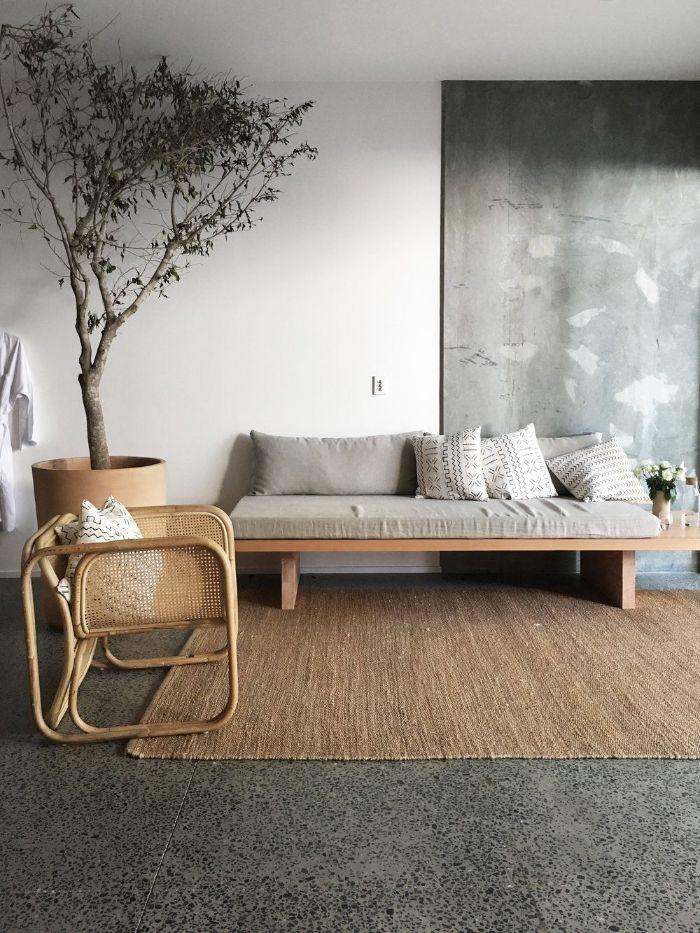 carrelage sol gris efet béton tableau mural imitation béton canapé bois et chaises canné tapis jute salon contemporain deco