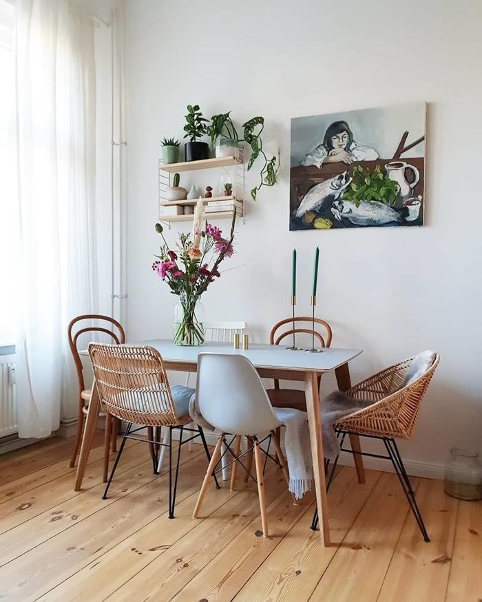 chaise couleur gris clair style scandinave décoration blanc et bois peinture tableau femme étagère bois suspendue