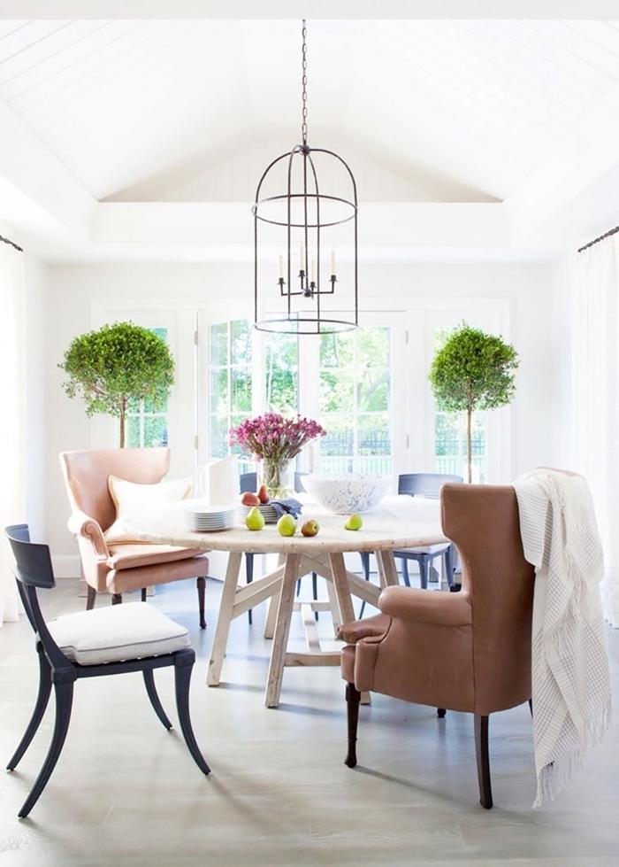 chaise dépareillée design intérieur salle à manger blanche fauteuil chaise noir bois siège chaise