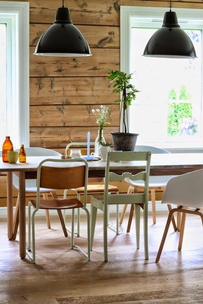 chaise de couleur vert menthe décoration accents pastel revêtement mural panneaux bois lampe suspendue noire