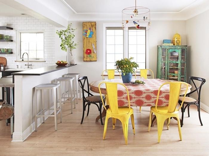 chaise de couleurs différentes revêtement sol parquet bois stratifié table manger ronde chaise jaune