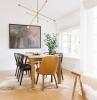 chaise deco cosy luminaire métal table manger bois revêtement parquet bois chaise noire plante verte