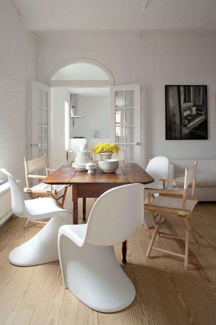 chaise moderne avec table ancienne table bois foncé chaise bois et blanc sol bois clair tableau blanc et noir