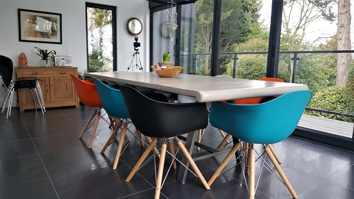 chaise salle a manger ikea décoration intérieure accents noirs carrelage gris anthracite chaise couleur turquoise