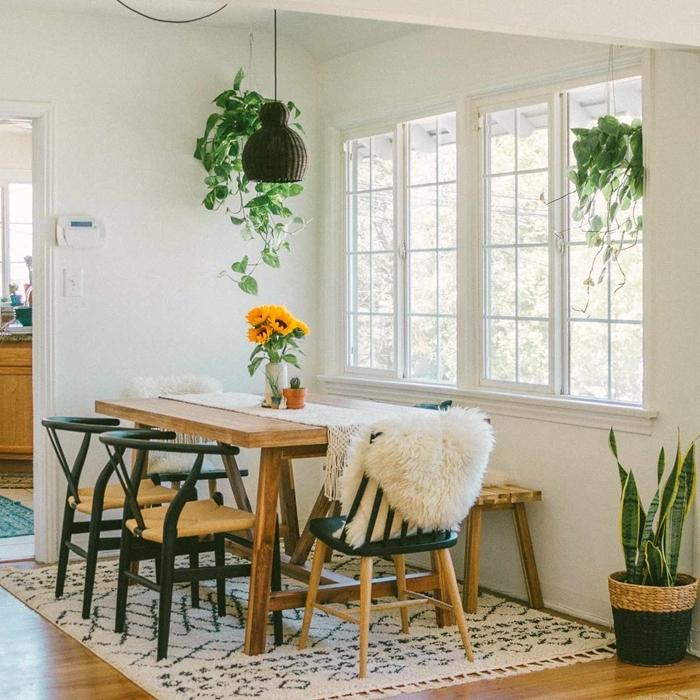 chaise tendance décoration salle manger blanche meubles bois brut banquette bois coussin fausse fourrure
