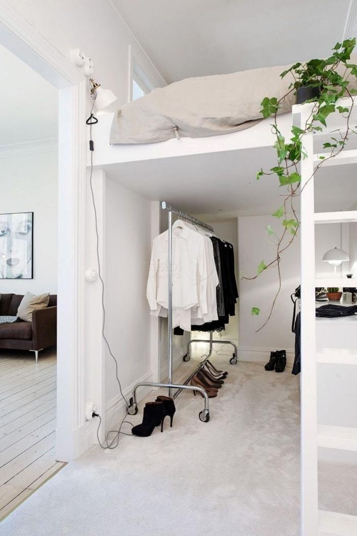 chambre mezzanine déco petit espace lit mezzanine plante verte tapis blanc moelleux bureau sous mezzanine