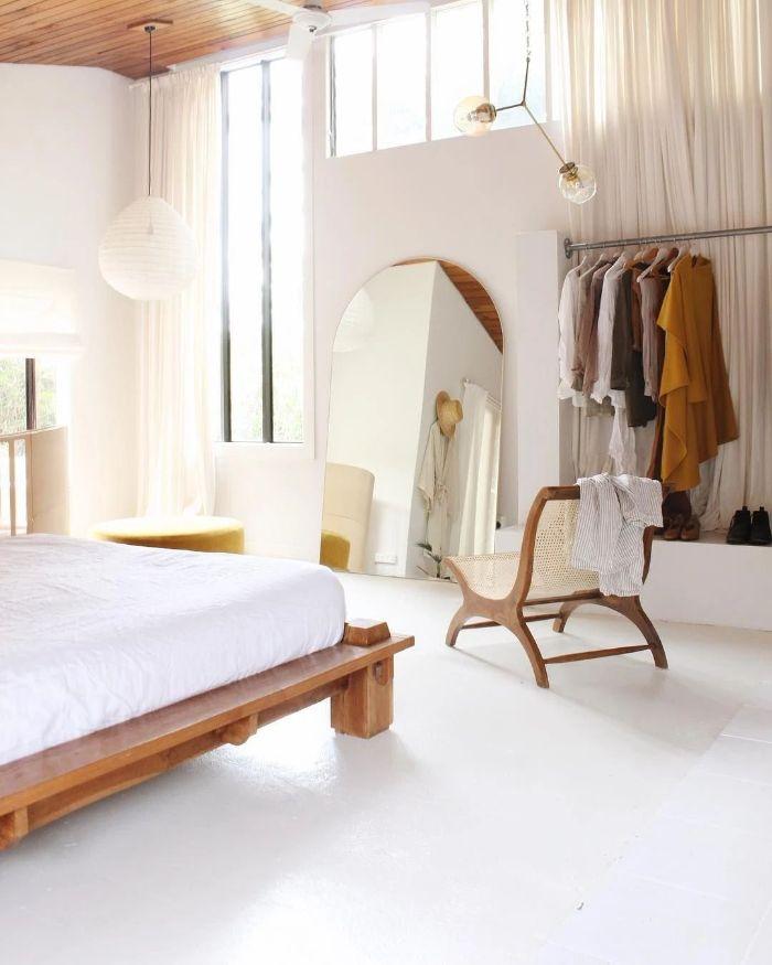 chambre style japonais en blanc dressing ouvert lit bois et matelas blanc grand miroir suspension blanche basse sol blanc