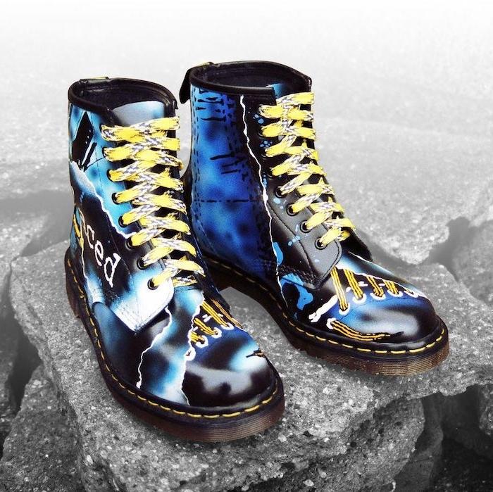 chaussure style doc martens personalisée avec dessins et des lacettes jaunes