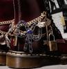 chaussure style doc martens personnalisées avec des éléments metalliques en couleur rouge bordeaux