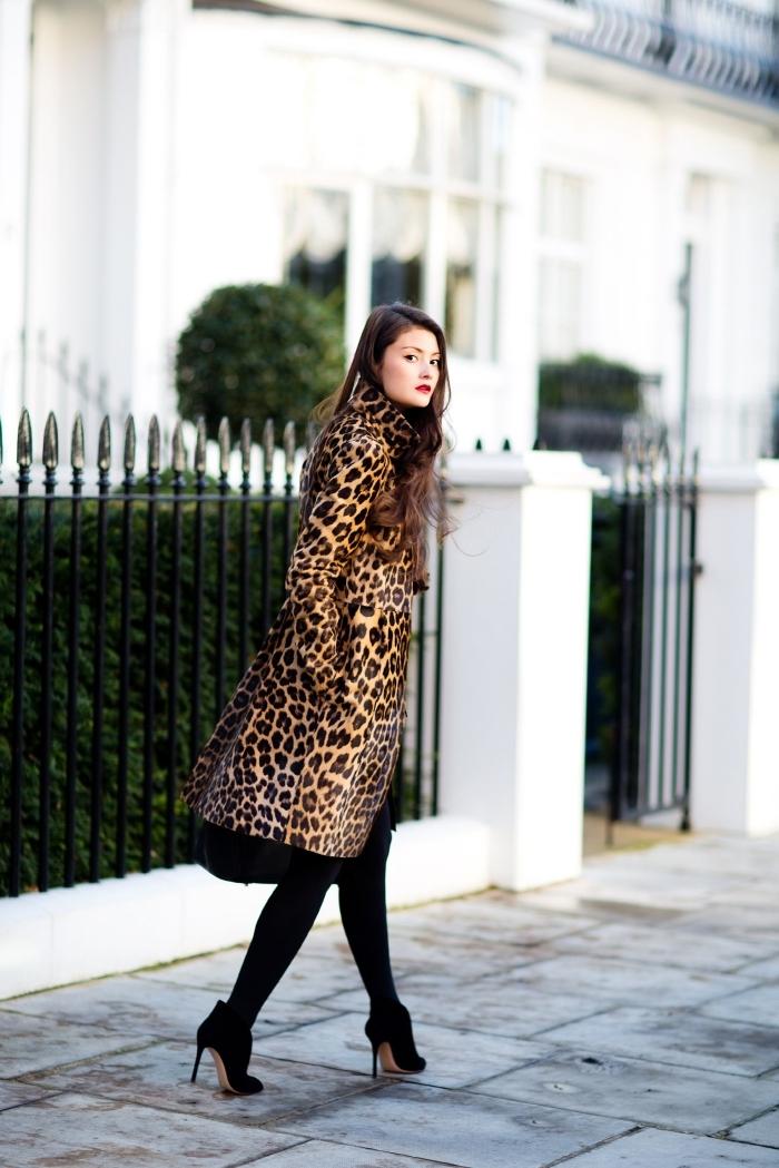 chaussures talons noirs collants noirs tenue stylée manteau long imprimés animaliers tendance