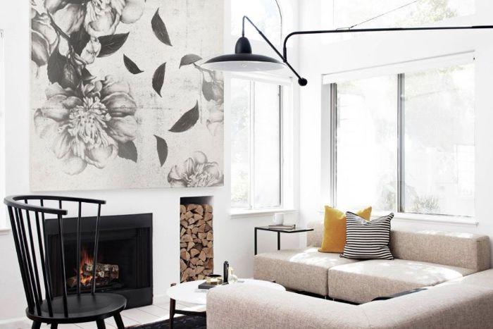 cheminée noire murs blancs canapé d angle gris clair chaise noire lampe industrielle décoration japonaise contemporaine