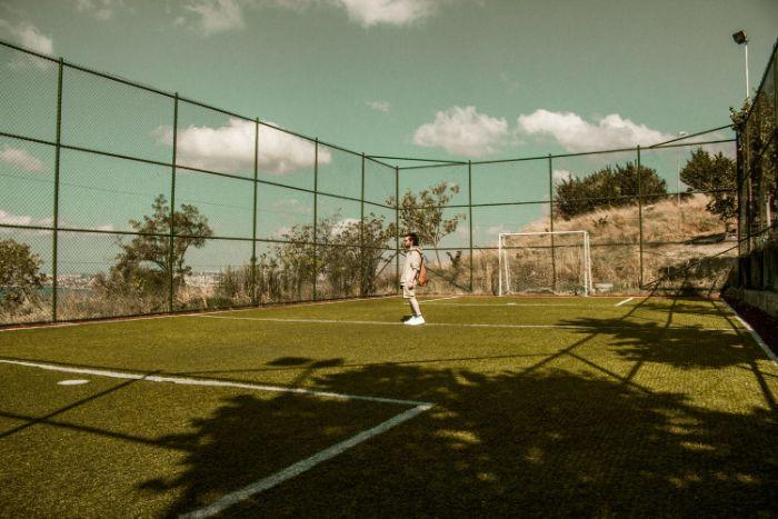 choisir le terrain de sport extérieur en fonction du sport des performances techniques et largueur du terrain