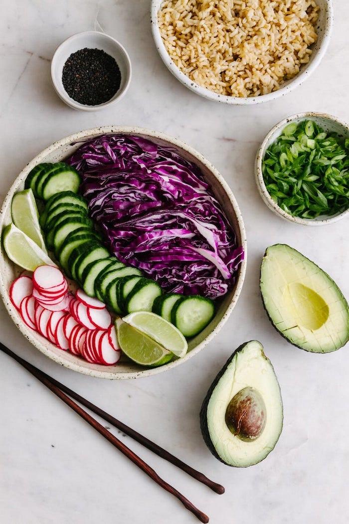 choux rouge concombres radis tranches de citron vert riz avocat idée de poke bowl vegan sans poisson