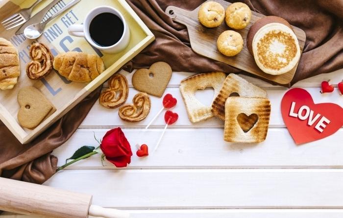 coeur valentin en papier rouge meilleur petit déjeuner pain doré coeur emporte pièce