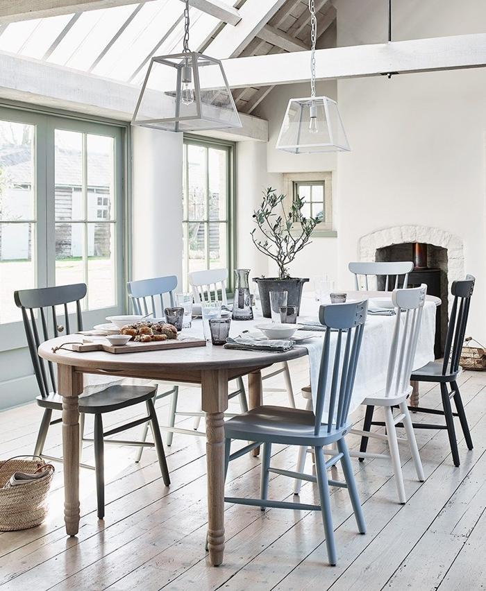 colonne apparente bois fenêtre plafond aménagement salle à manger chaises colorées peinture sur bois