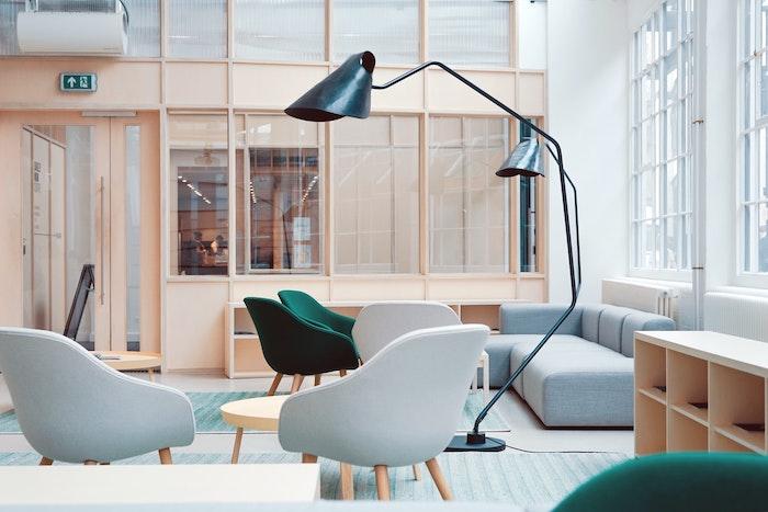 comment bien amenager un office space chaises scandinave gris clair tapis vert canape angle