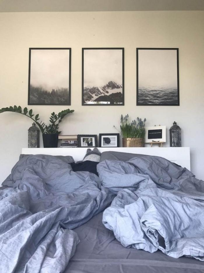 comment décorer sa chambre avec photos blanc et noir cadres noirs rangement tête de lit