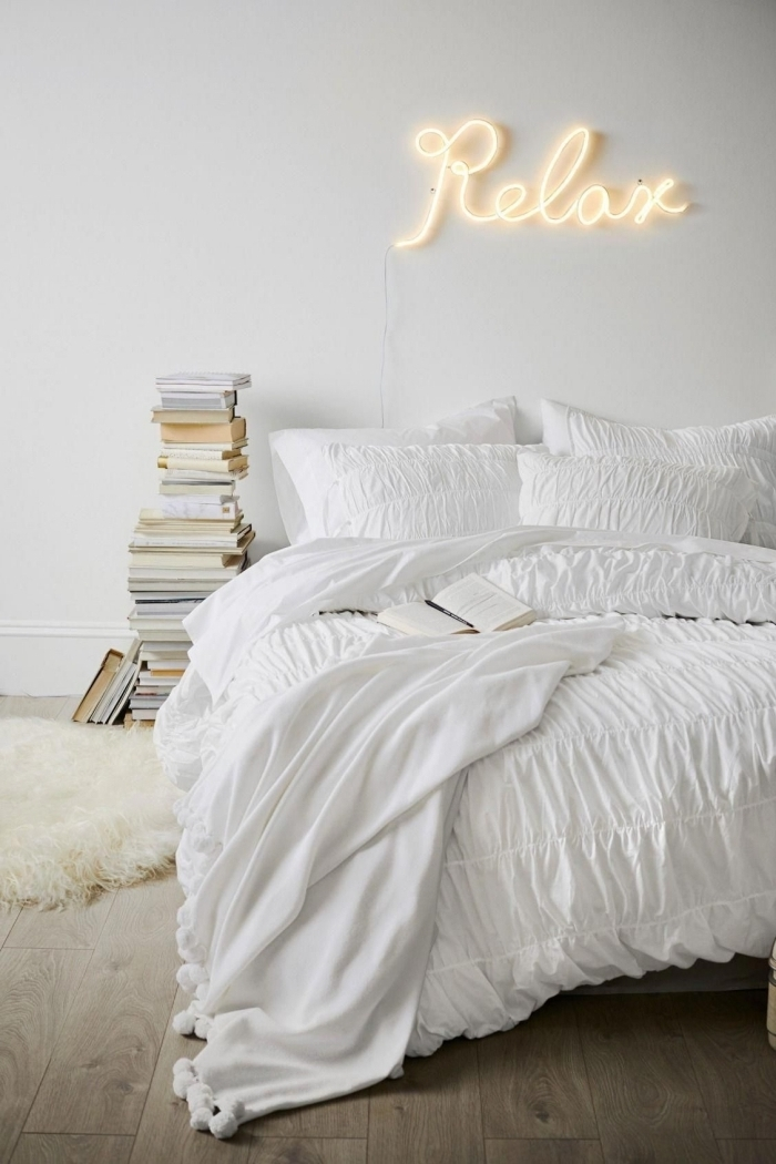 comment décorer sa chambre minimaliste collection de livres anciens tapis fausse fourrure blanche