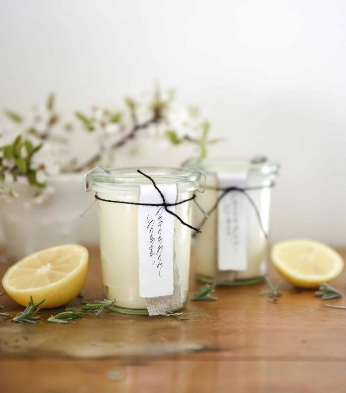 comment fabriquer une bougie morceaux de citron contenant jar en verre branches vertes