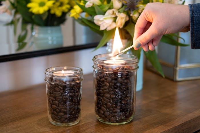 comment faire brûler du marc de café deux bocaux en verre avec des bougies allumées
