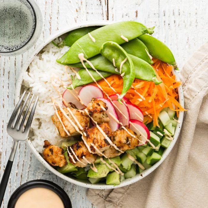 comment realiser recette poke bowl poulet avec carrotes rapée concombre haricots verts radis sur canapé de riz