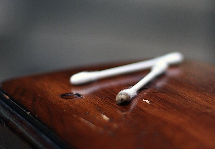 comment utiliser le marc de café deux bâtons d oreilles sur une surface en bois