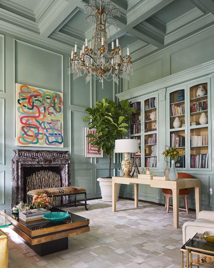 couleur peinture salon tendance 2021 en vert clair olive un abat jour en cristaux et cheminée métallique
