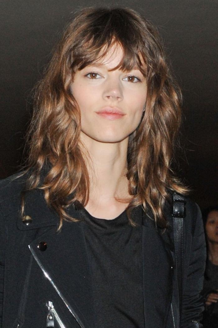 coupe carré dégradé blouse noire veste noir maquillage nude yeux marron coupe avec frange
