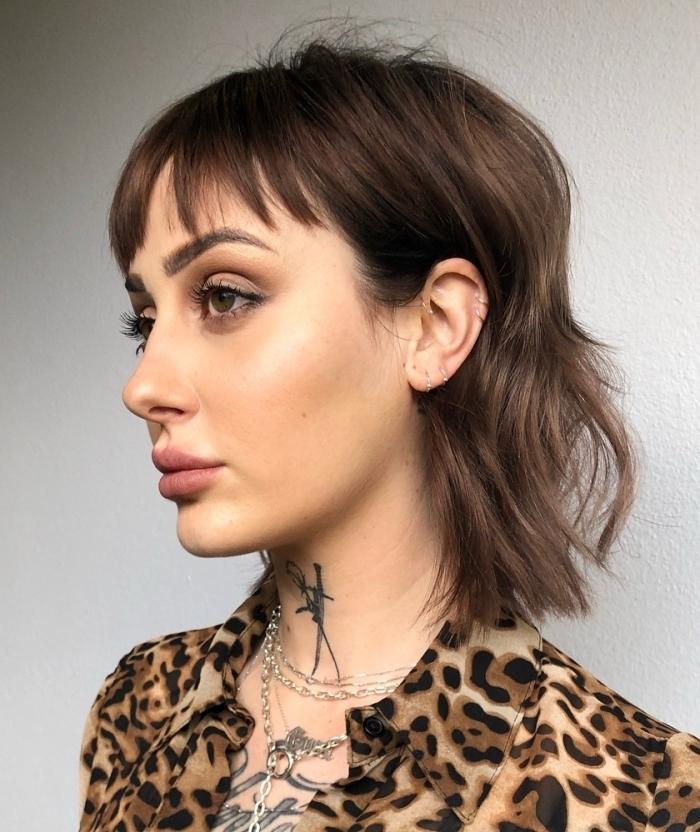 coupe cheveux mi long dégradé avec frange chemise motifs léopard tatouage femme collier