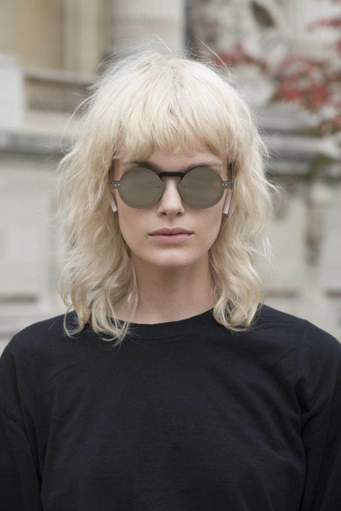 coupe cheveux mi long dégradé couleur cheveux blond lunettes soleil tendance miroir rondes