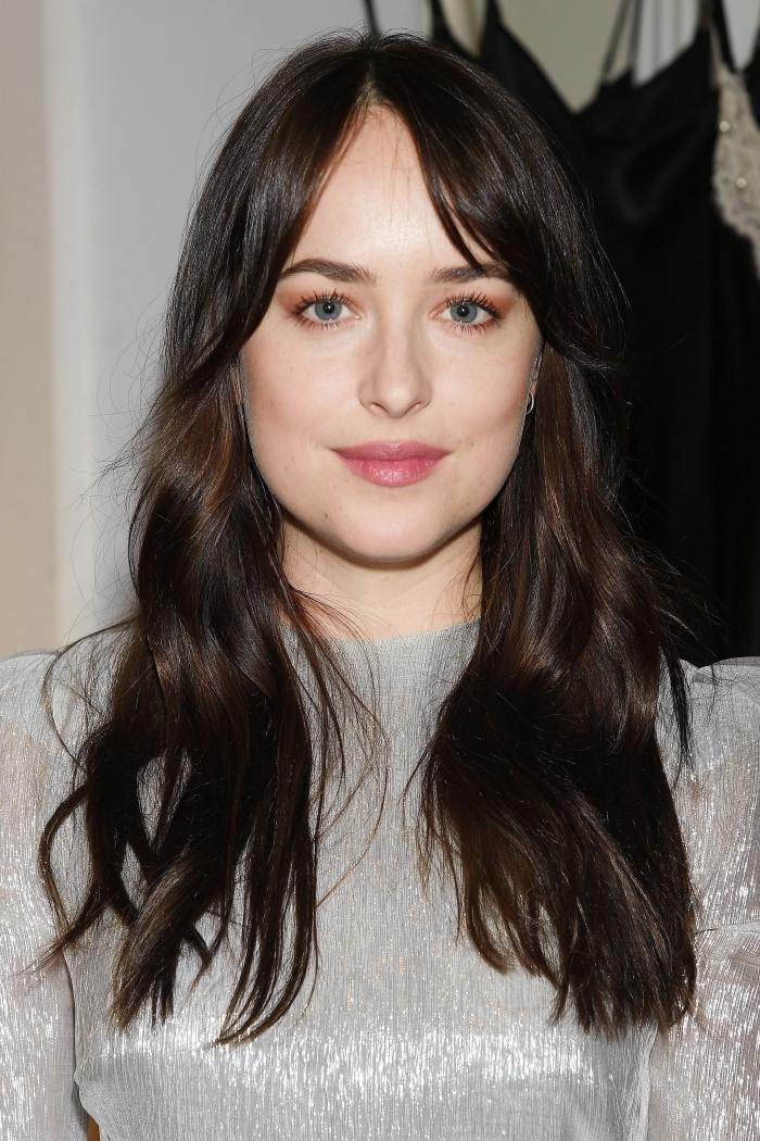 coupe frange rideau robe argent tendance 2021 coupe de cheveux femme 2021 yeux verts