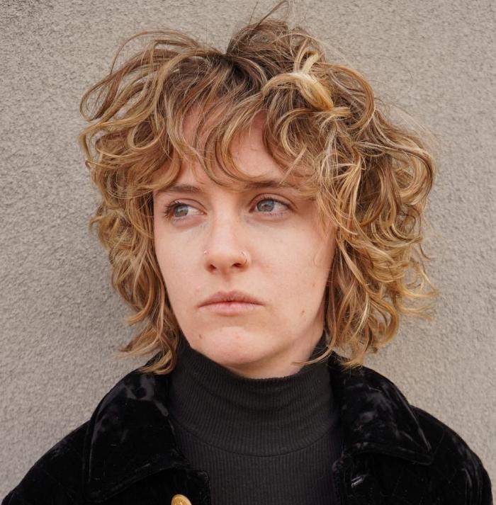 coupe shag pour femme tendance cheveux courts boucles racines foncées pointes éclaircies